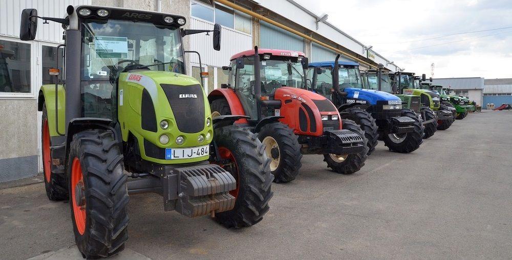 Használt traktorok a KITE központi udvarán