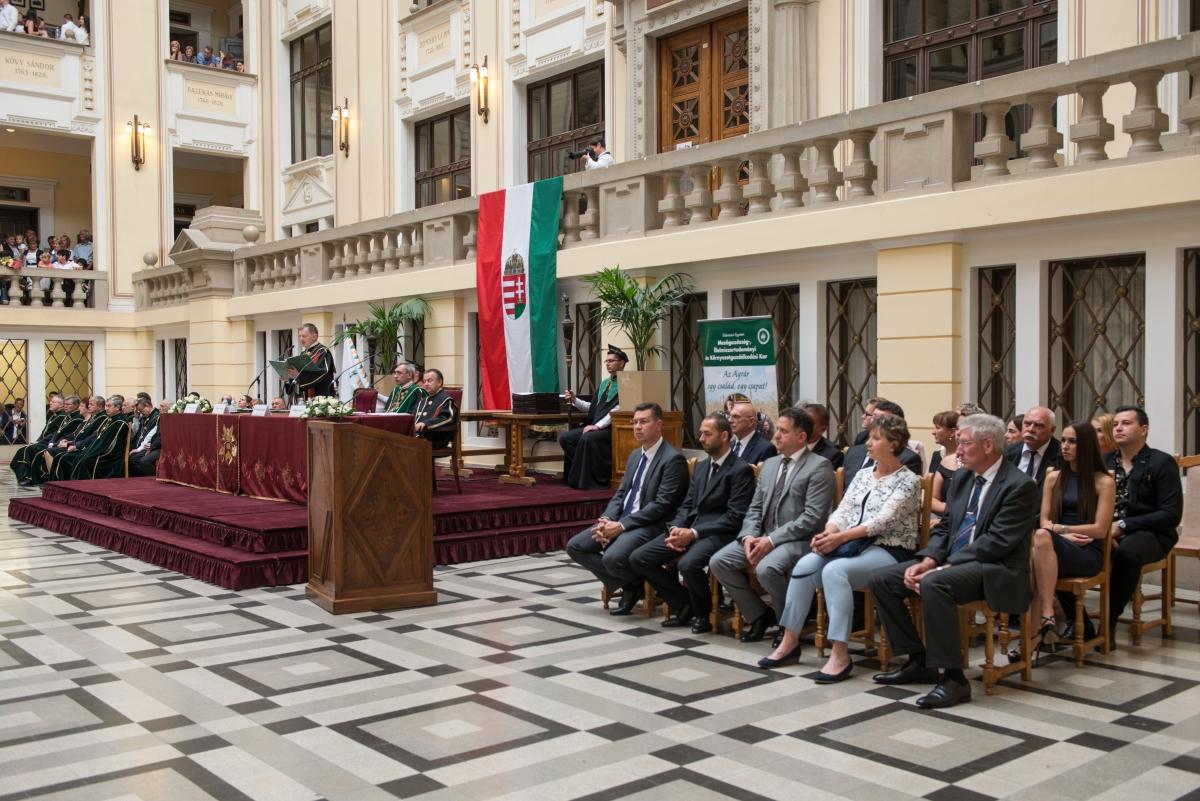 Szabó Levente a díjazottak körében a Debreceni Egyetem díszudvarán