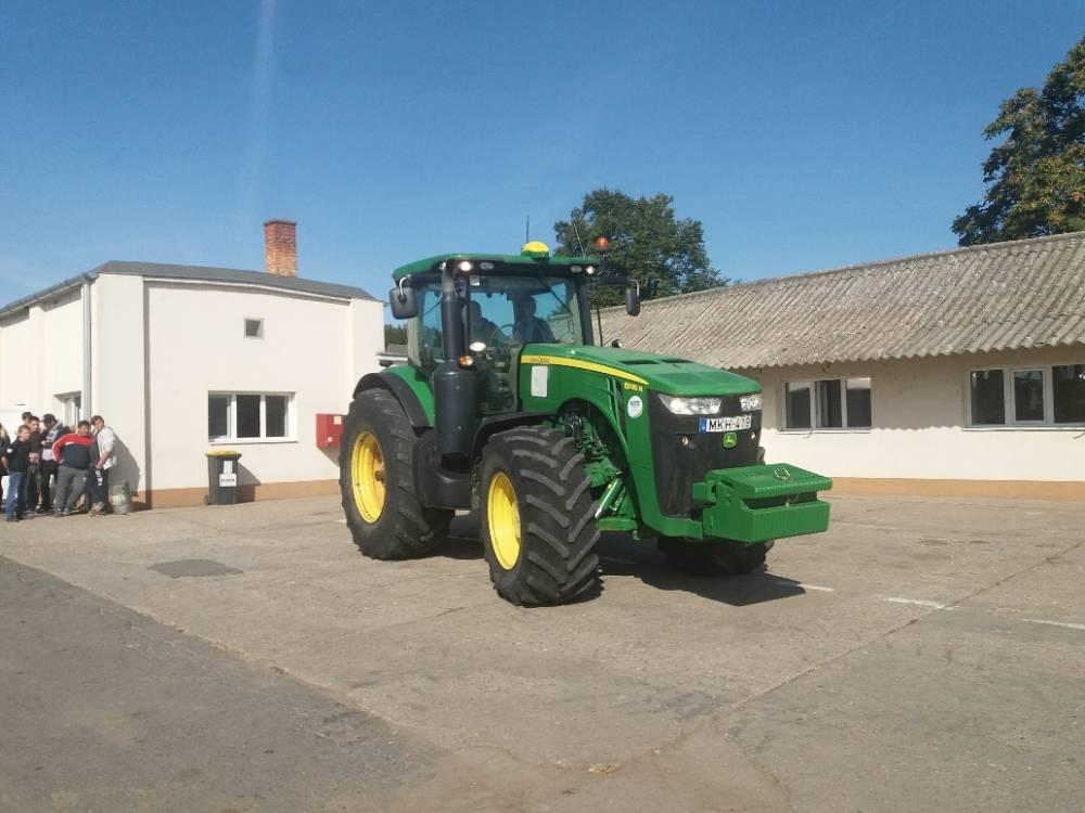 John Deere 8325R traktort kipróbálja a fiatal mezőgazdász